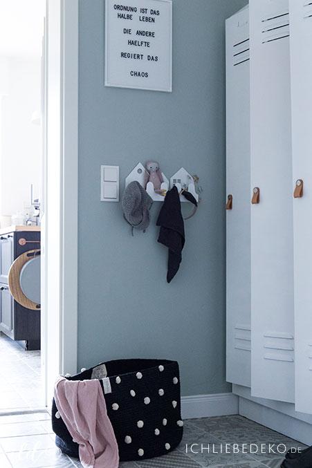 wandaufbewahrung-fuer-kinder-von-roommate-im-flur