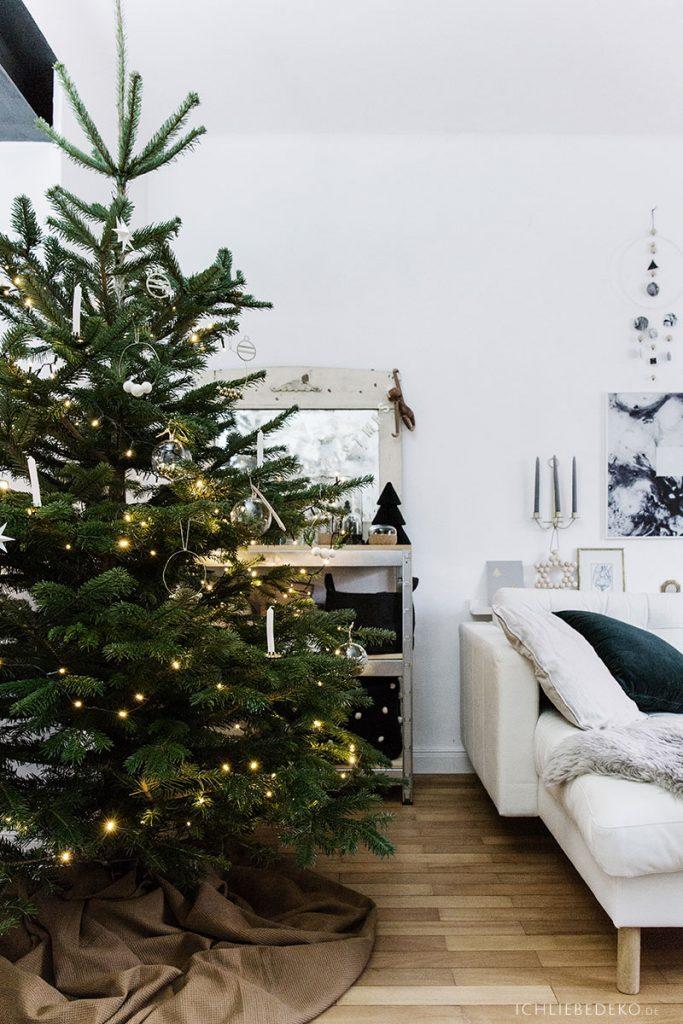 schlichter Weihnachtsbaum im Wohnzimmer