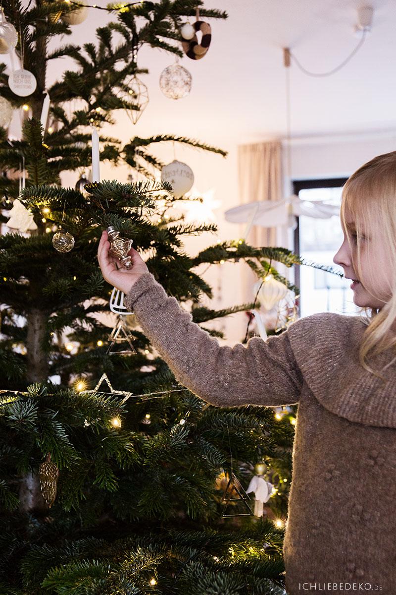 weihnachtsbaum-mit-kindern-zusammen-schmuecken