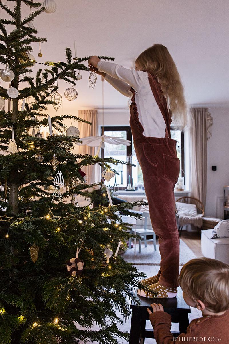 weihnachtsbaum-schmuecken-als-weihnachtstradition