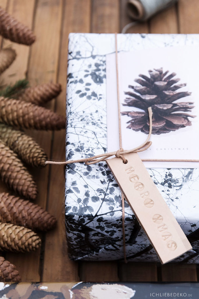 Weihnachtsgeschenkverpackung im Natural Look mit Tannenzapfen