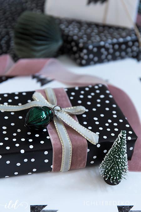 weihnachtsgeschenkverpackung-in-altrosa-und-tannengruen