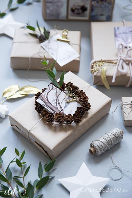 weihnachtsgeschenkverpackung-mit-eukalyptus-und-tannenzapfen