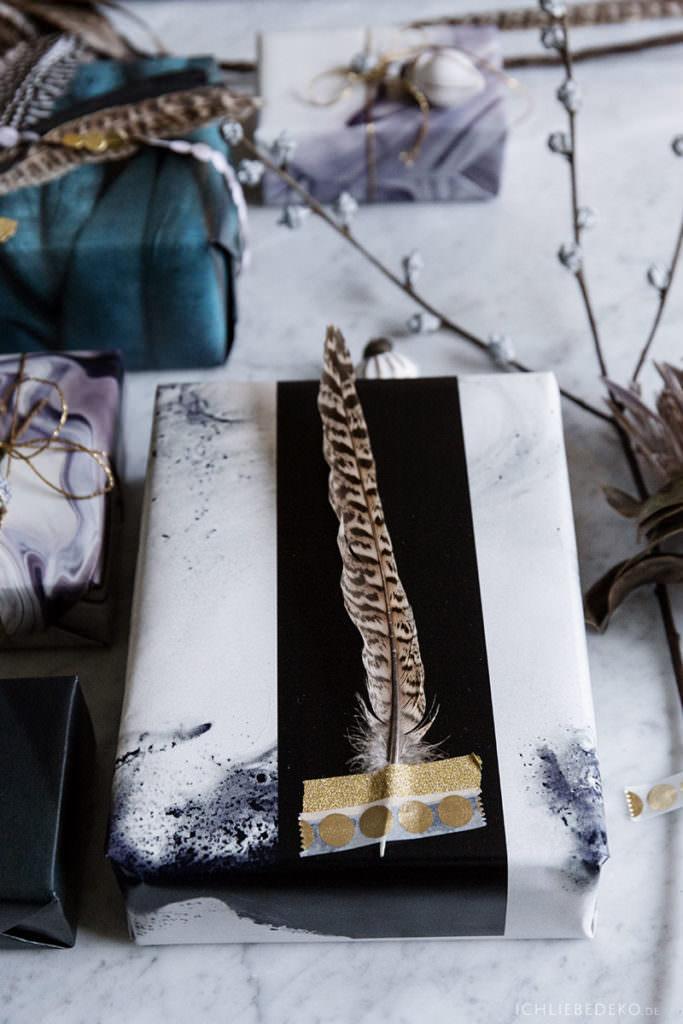 Geschenkverpackung für Weihnachten mit Federn