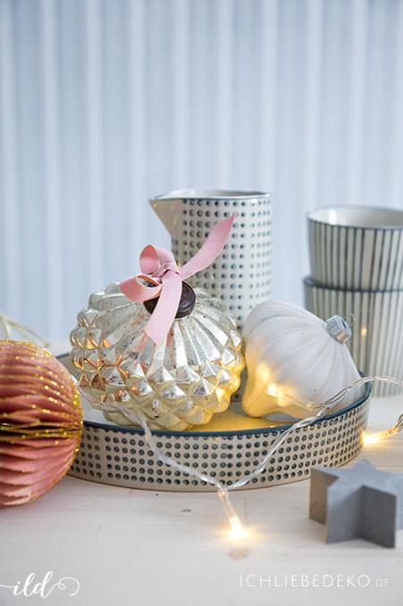 weihnachtstischdeko-mit-weihnachskugeln-und-papierornamenten
