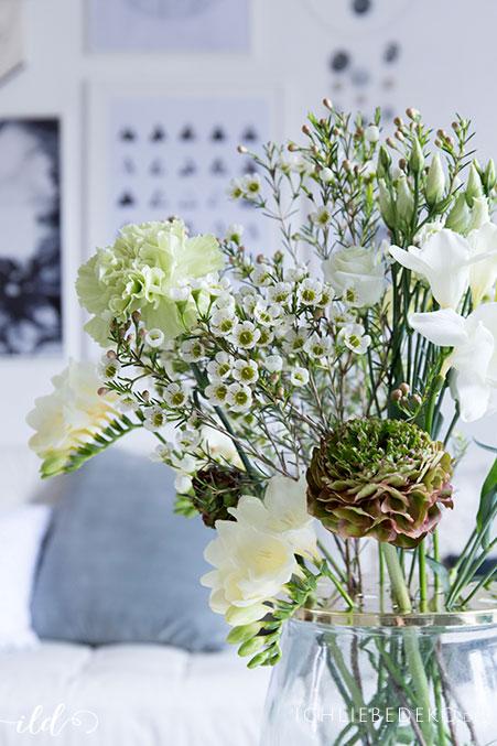wilder-fruehlingsblumenstrauss-als-wohnzimmerdeko