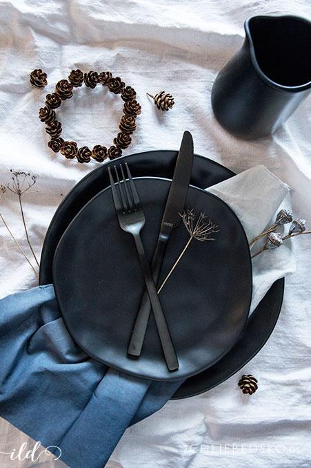 winterliche-tischdeko-mit-schwarzem-steingutgeschirr
