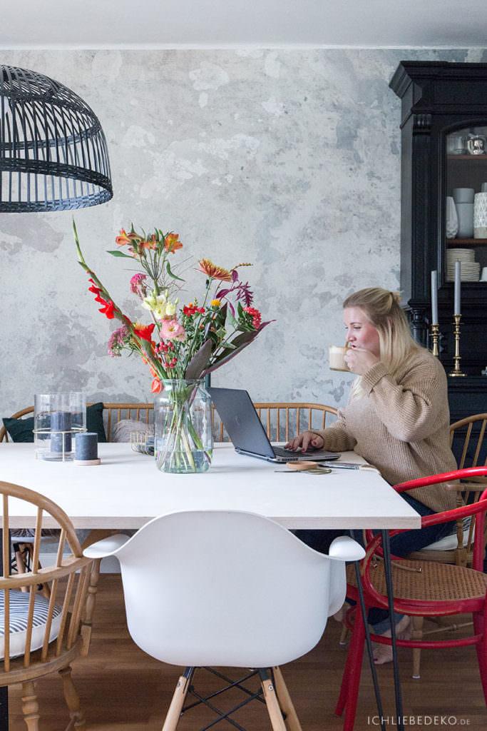 working-at-home-mit-frischen-blumen
